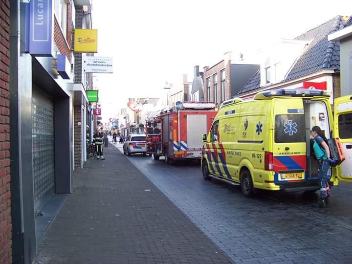Hulpdiensten rukkenuit voor jonge die bekneld zat in een winkel in Heerenveen