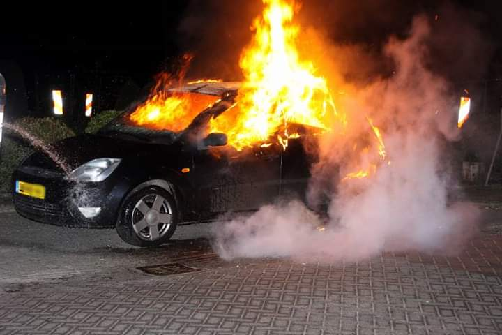 Auto verwoest door felle brand in Appelscha