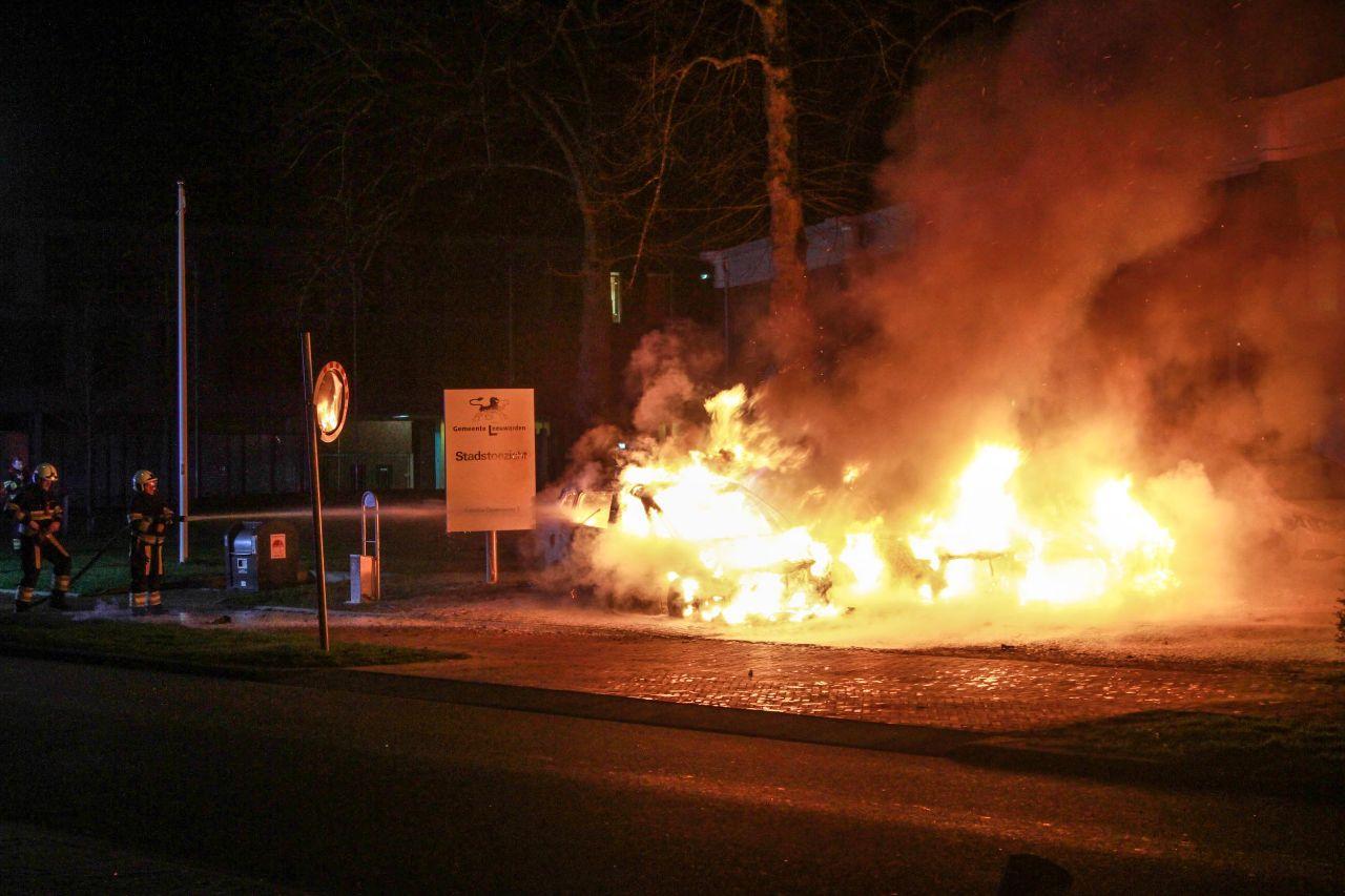 Drie diensauto's van de handhaving beschadigd na uitslaande brand in Leeuwarden