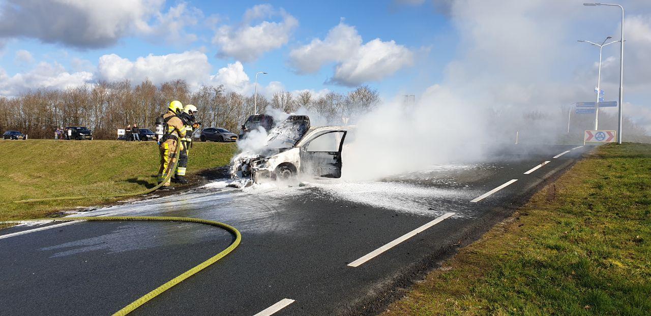 Auto volledig verwoest op de carpool bij Marum
