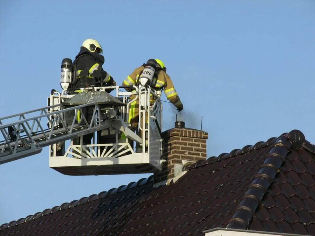 Brandweer in actie bij schoorsteenbrand Nij Beets