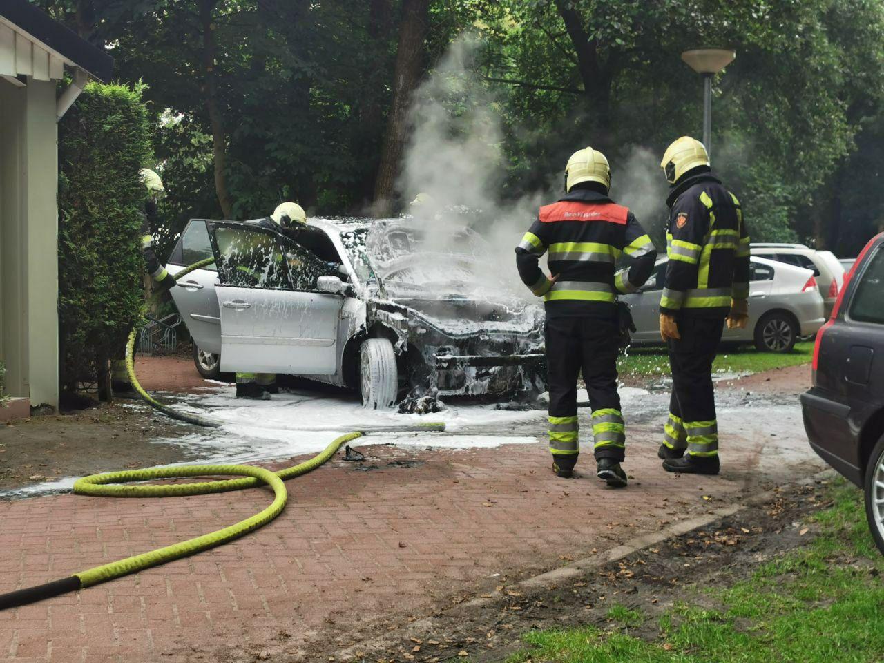 Auto verwoest door uitslaande autobrand op het vakantiepark Bergumermeer in Sumar
