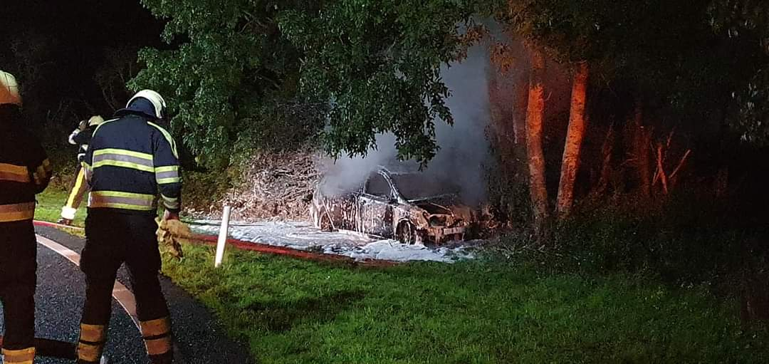 Auto vliegt in brand na crash tegen boom bestuurder raakt gewond