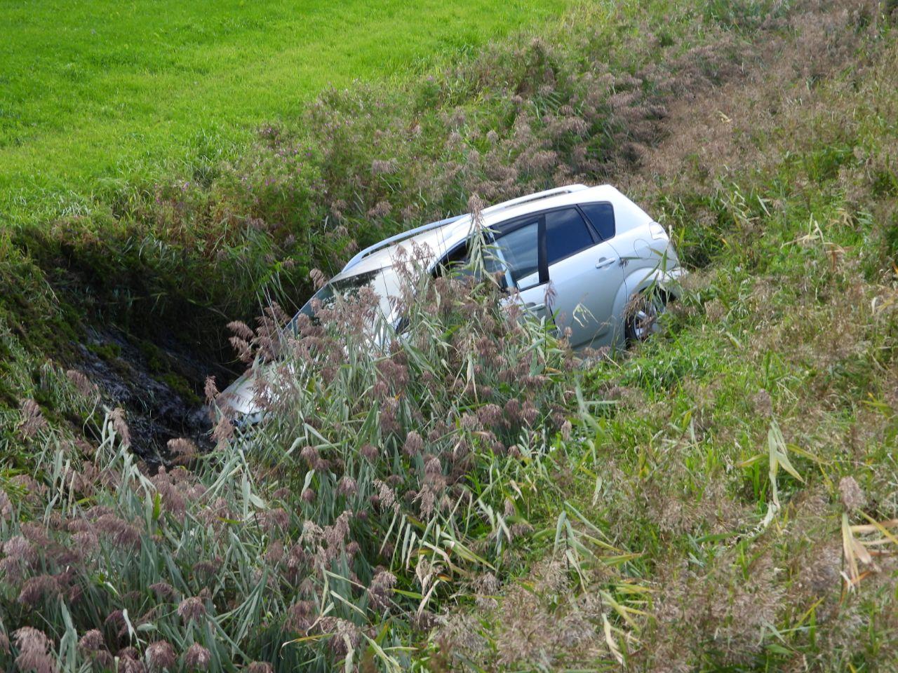 Auto raakt door onbekende redenen van de weg en belandt in naastgelegen sloot in oude Bildtzijl