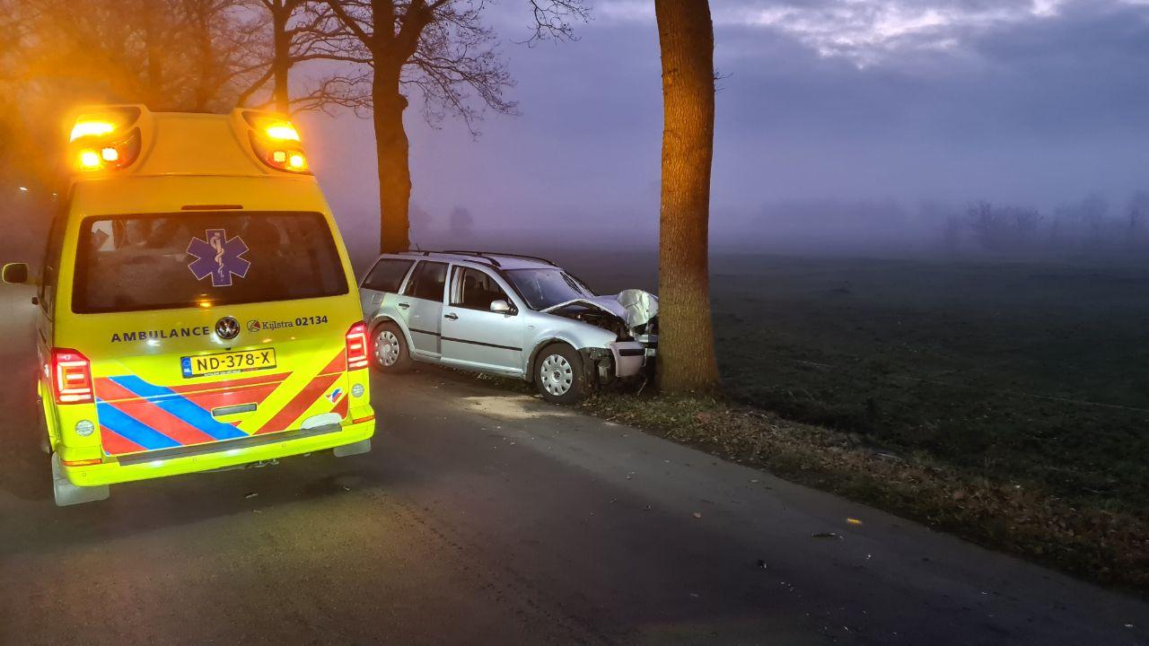 bestuurder gewond na botsing tegen boom op de Alde Laweiswyk  bij Drachtstercompagnie