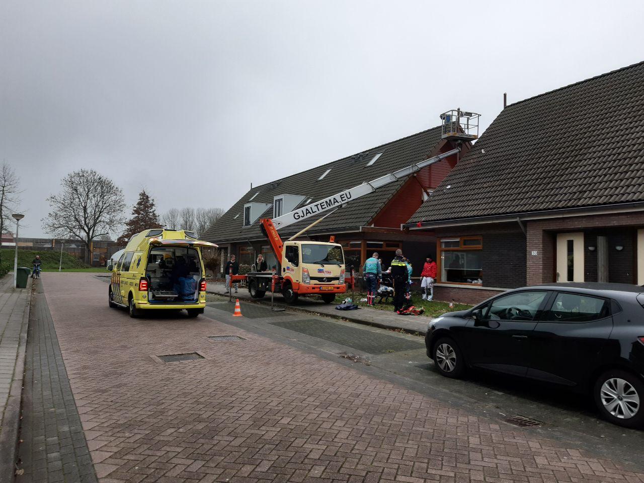Schilder valt van hoogte en raakt gewond aan de Trimbeets in Gorredijk