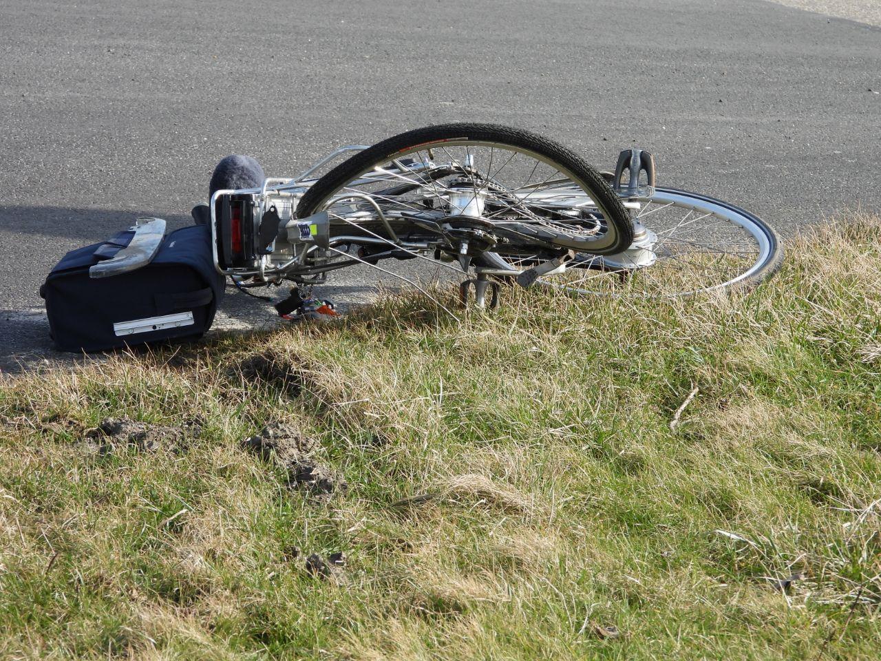 Fietser gewond geraakt na een aanrijding met personenauto op de N393 – Middelweg-West in  St. Jacobiparochie