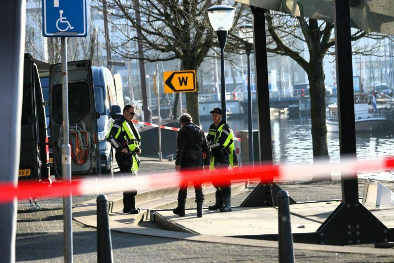 Zoektocht in het water aan de westerkade in Leeuwarden na de vermiste 64 jarige man