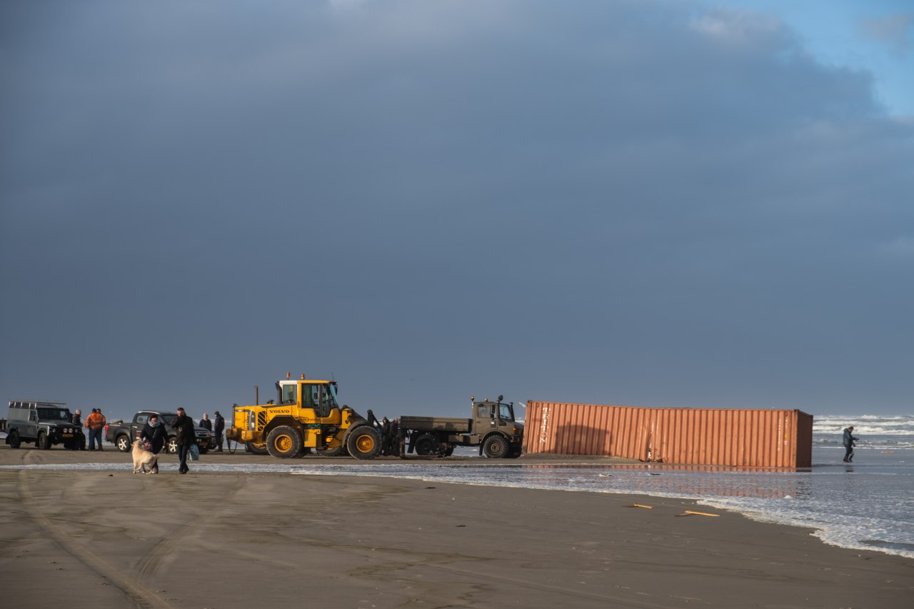 Containerschip Baltic Tern verliest 5 containers boven Ameland