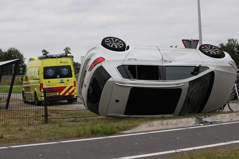 Auto belandt over de kop op Toerit N31 veroorzaker rijdt door