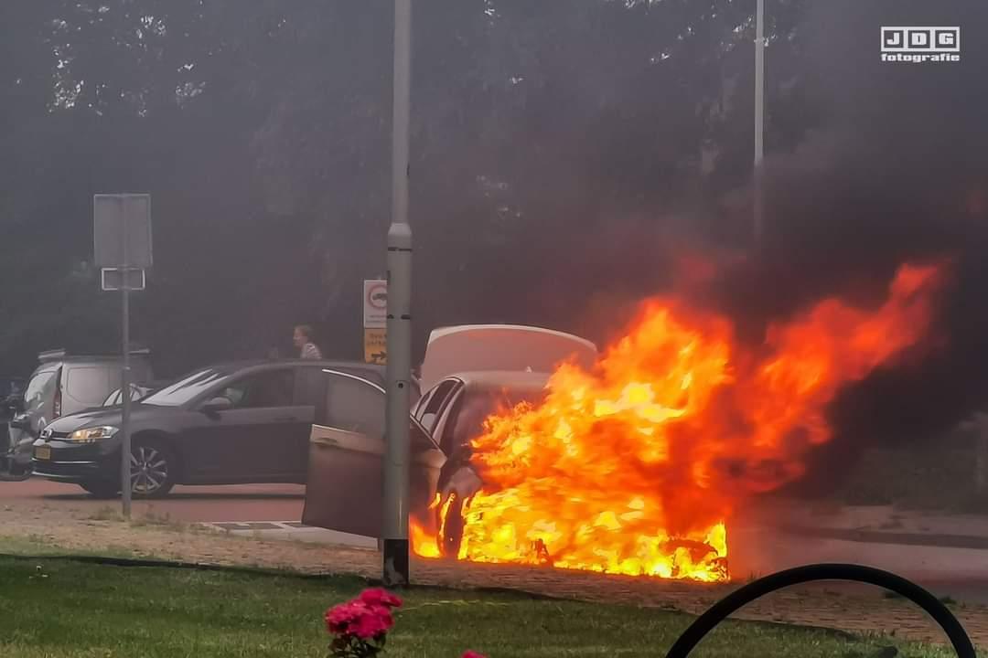 VW Volledig verwoest door een felle brand in Sneek