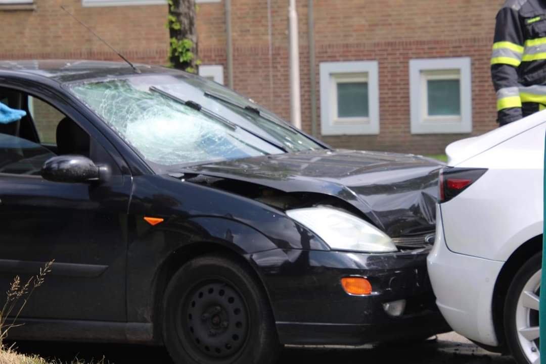 Twee Auto's beschadigd na kop-staart botsing in Leeuwarden