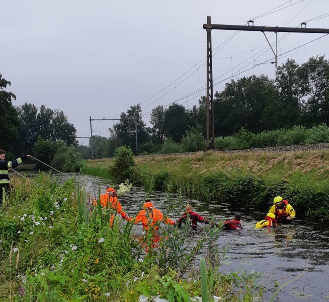 Hulpdiensten rukken groots uit voor skelter langs het water in Heerenveen