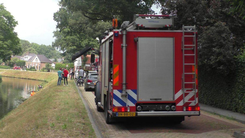 hulpdiensten in actie voor scootmobieler te water in Oosterwolde