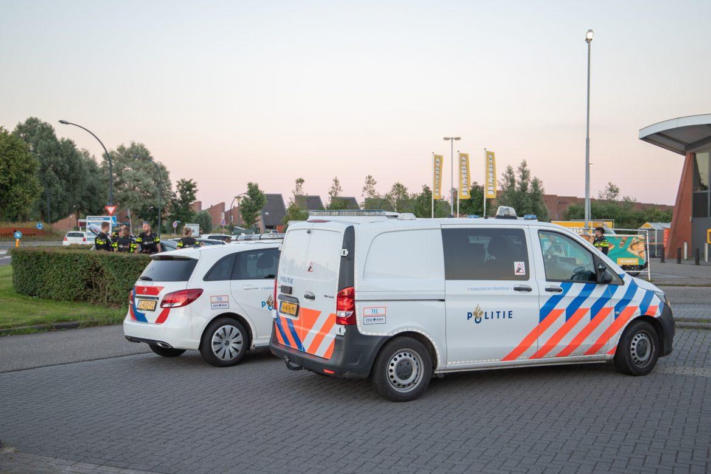 Drie personen door de politie met getrokken vuurwapen uit de auto gepraat in Leeuwarden